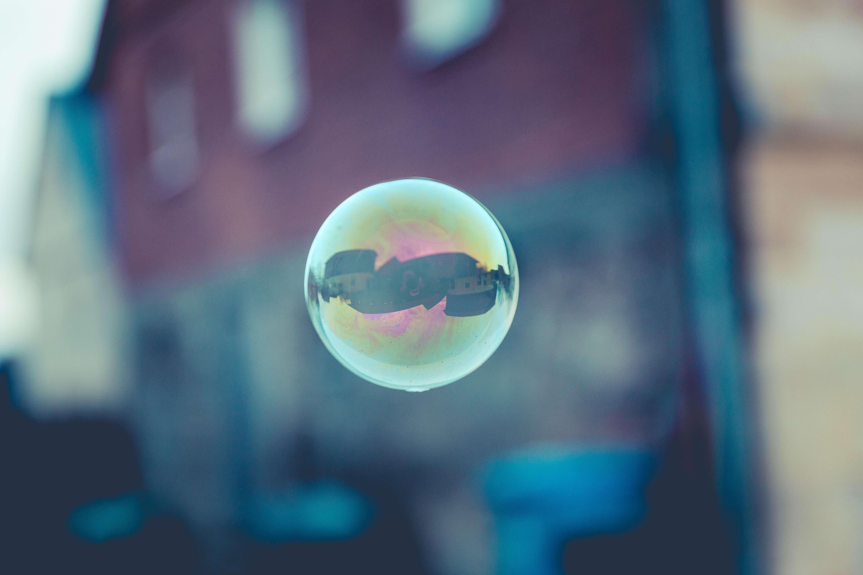 Un batiment se reflètant dans une bulle de savon