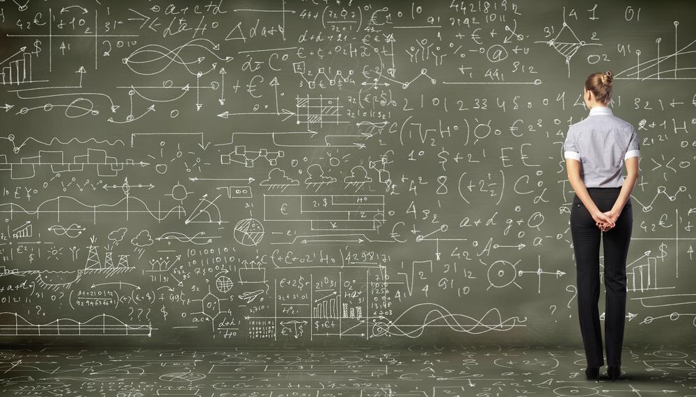 vrouwelijke datascientist voor een bord met statistiek en wiskunde